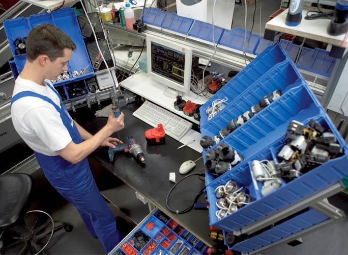 Ein Techniker bei der Reparatur eines Gerätes